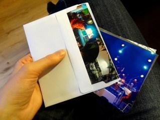 Das Bild kommt in den Umschlag: je nach Größe des Kalenders können auch mehrere Bilder auf ein Kalenderblatt.