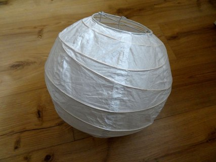Einfacher kugelförmiger Lampenschirm aus Papier.