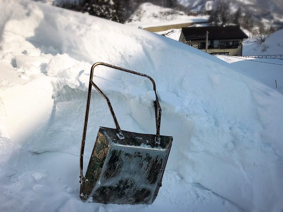 晴天に恵まれたなかで屋根雪下ろしです!空き家の管理で維持を目指す!