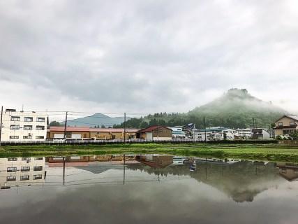 薬師山と田園