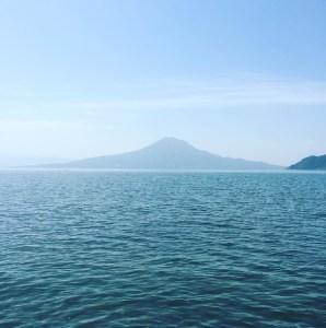 無職になって海岸からみた桜島