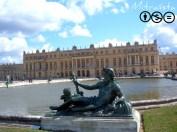 """El """"Parterre de L'Eau"""", es la escogida forma metafórica de denominar a los dos estanques con surtidores que se encuentran tras el palacio. Al parecer es muy hermoso verlo en funcionamiento; lástima que no tuviera ese privilegio. En primer plano, la personificación del río Rhône, imitando el simbolismo divino de la Antigüedad clásica. Hay un bronce semejante por cada uno de los grandes ríos de Francia, que han sido y son la prosperidad (Rhône, Seine, Loire et Garonne), junto con algún otro conjunto más. Como los propios ríos, las divinidades de las aguas son perezosas y siempre están tumbadas, ¿o es que alguna vez has visto a un río remontar una montaña?"""