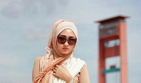 Tips Hijab Paris Wanita Berkacamata