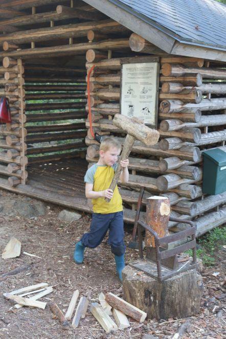 mit Holzhammer und Keil können auch die Kinder gefahrlos hantieren