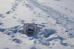 im Welterbegebiet sind Snowmobile verboten - das Schild ragt kaum noch aus dem tiefen Schnee heraus