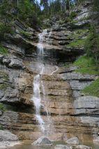 ein Steig führt hinterm Wasserfall entlang