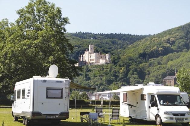 """Campen mit Blick auf Burg Stolzenfels: Wohnmobilhafen """"Im Kränchen"""" in Lahnstein. Foto: Matthias Hamm"""
