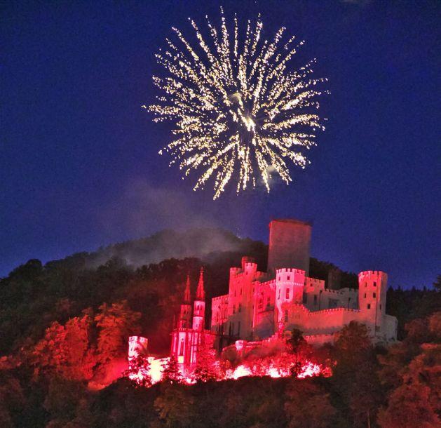 Feuerwerk über Schloss Stolzenfels: Diesmal werden die Raketen am Rheinufer abgeschossen.