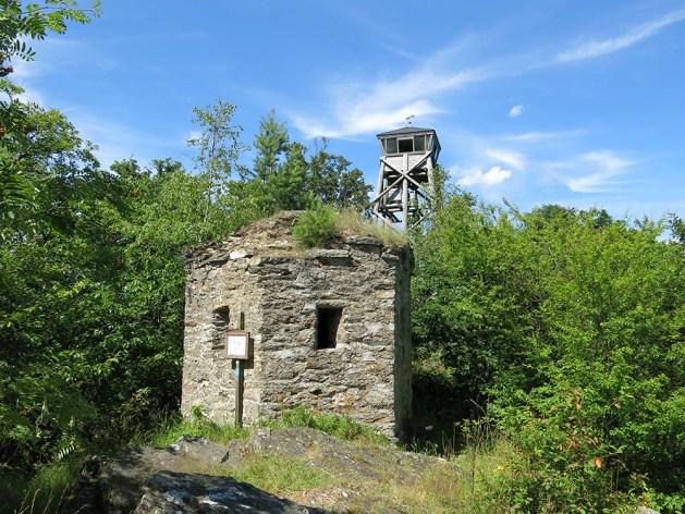 """Der """"Spitze Stein"""" napoleonischer Ruine. Foto: Jörg Braukmann / Creative Commons / Wikipedia"""