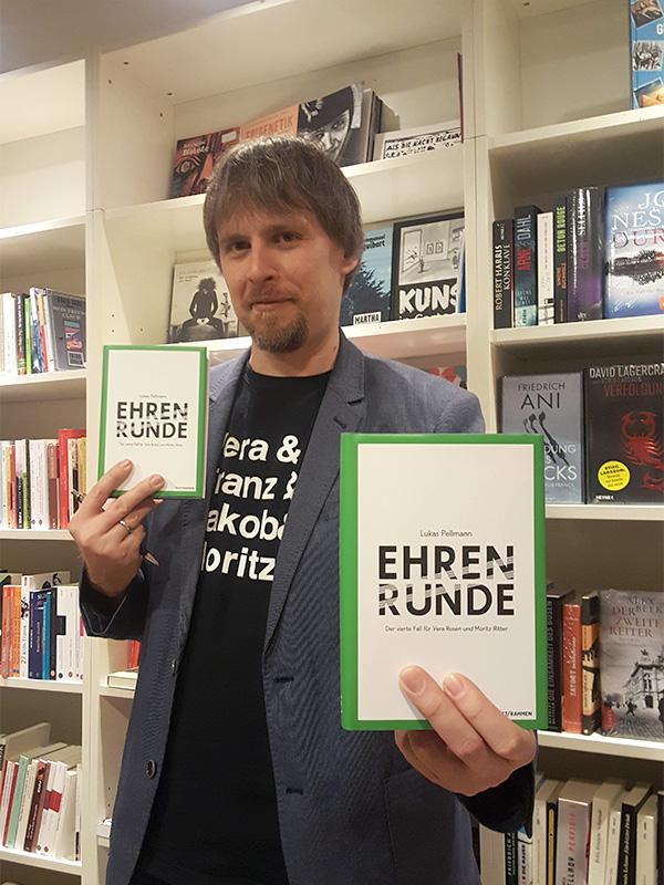 Lukas Pellmann mit den Büchern, die bald euch gehören!