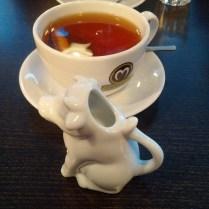 Mjölken till teet kommer passande nog i en koformad kanna