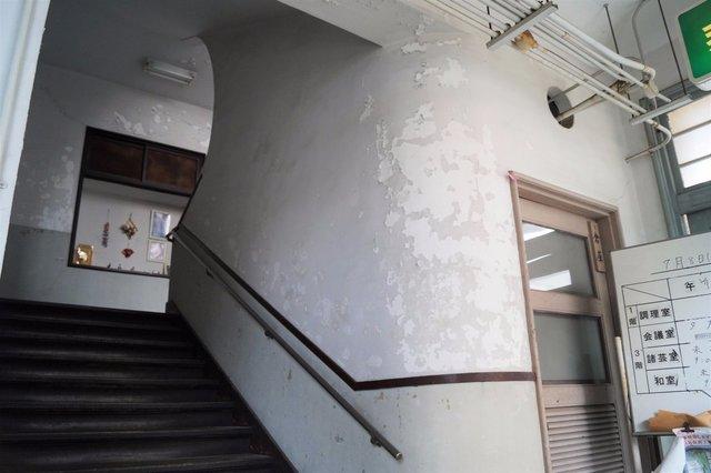 福祉センター分館 1階玄関から階段へ.jpg