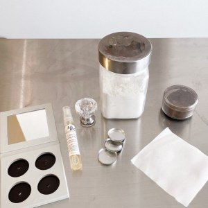 all the ingredients for pressed eyeshadow palette an empty palette, the organic pressing medium with hyaluronic acid, base shadow, eye shadow pigment