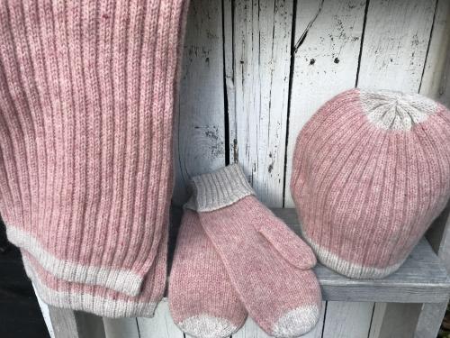 Roze muts, sjaal en wantjes