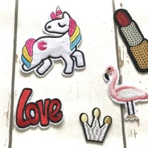 Strijkapplicaties Meisjes 2 bestaat uit 5 strijkapplicaties voor meisjes. Unicorn, flamingo, kroontje, lippenstift en love.