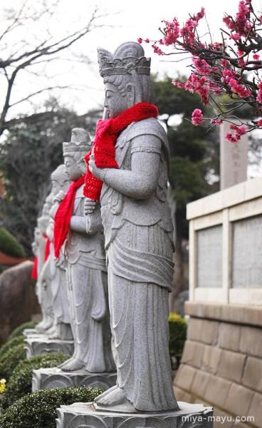 長命寺の紅梅と石仏 2015.2.25 東京都練馬区