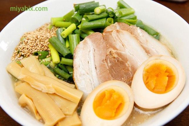 とんこつ,ラーメン,ネギ,しなちく,煮卵,チャーシュー