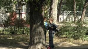 模造銃で遊ぶ子供たち