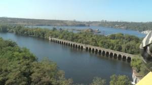 ダムの上の道路からの眺め