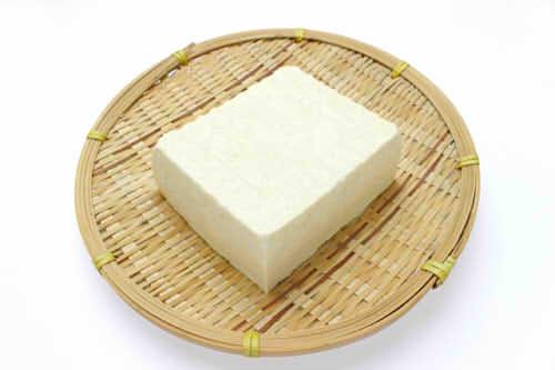豆腐のカロリーは絹・木綿・一丁(1パック)でいくら?含む糖質や栄養は?