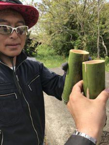 切り出した竹のコップで乾杯!