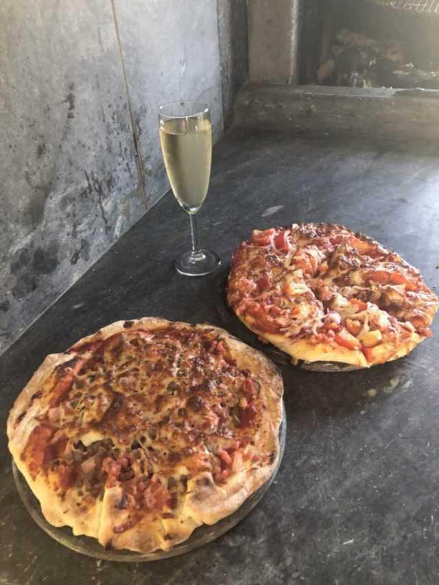Пицца приготовленная в дровяной печи