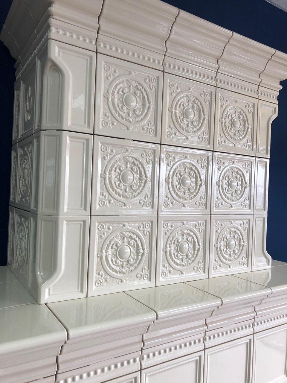 Изразцовый камин белого цвета