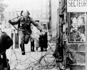 Hans Conrad Schumann fugándose de la Alemania Oriental 15 08 1961