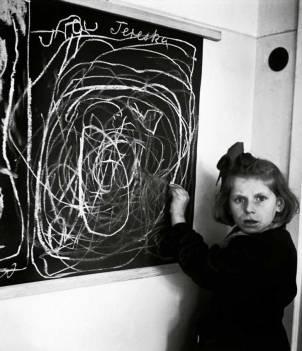"Niña dibujando su ""hogar"" 1948"