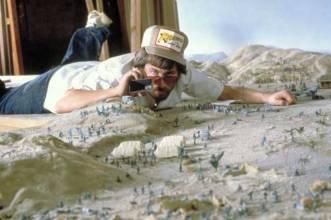 Steven Spielberg observando un modelo a escala de Indiana Jones En busca del arca perdida en 1980