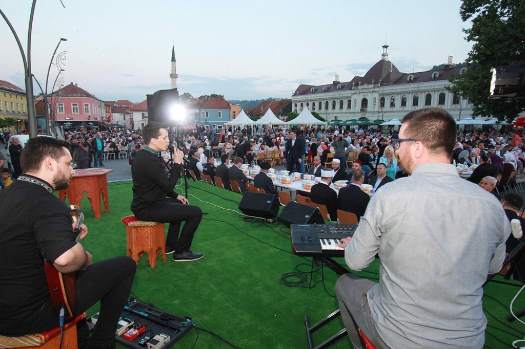 Radost zajedničkog iftara na Trgu slobode u Tuzli