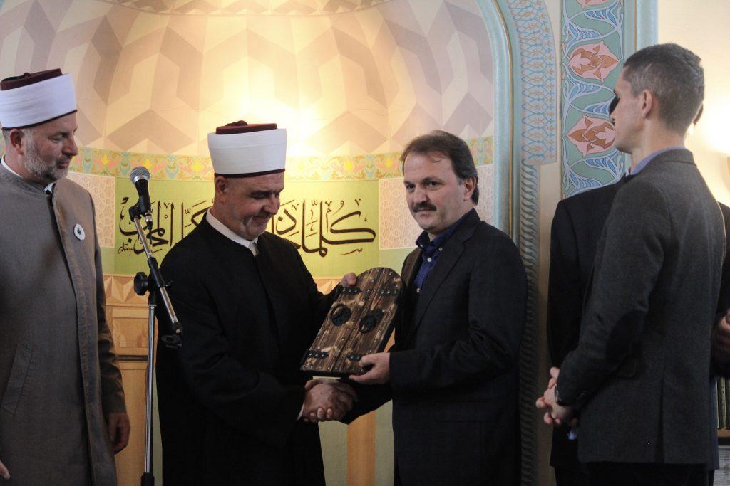 Povelja Turhan Emin-bega dodijeljena dr. Adnanu Ertemu, direktoru Generalne direkcije vakufa Republike Turske