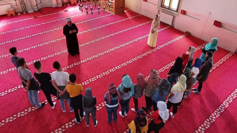 Bijeljinski gimnazijalci zasadili ružu u haremu Sultan Sulejmanove Atik džamije (FOTO)