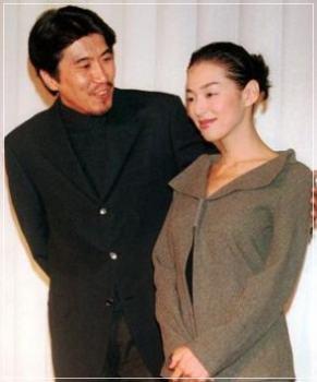 鈴木保奈美と旦那の石橋貴明の結婚会見の時の画像