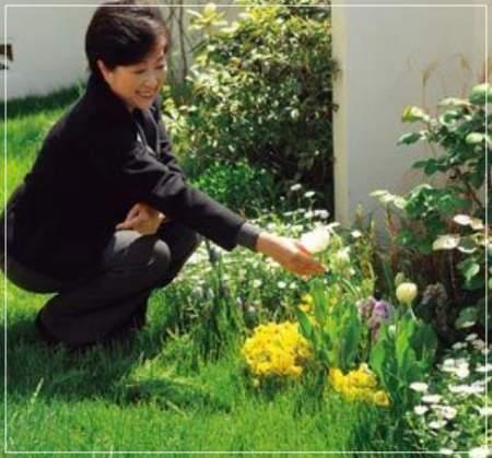 小池百合子都知事の自宅「エコだハウス」の庭で撮った笑顔の写真