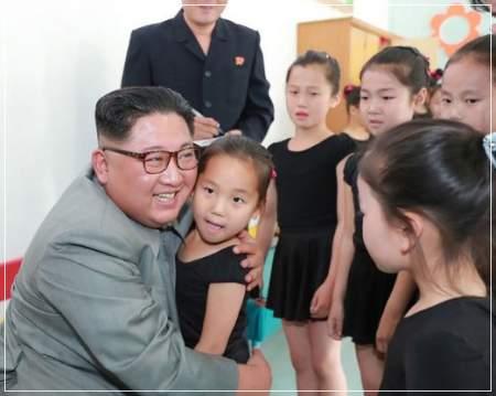 金正恩党委員長が子供と笑顔で抱き合っている画像