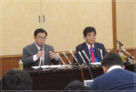 記者会見で発言する愛知県の大村秀章知事の画像