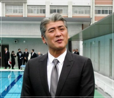 母校の竣工式を訪れた白髪ヘアの吉川晃司の画像