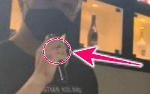 薬指に指輪を着けているローランドの画像