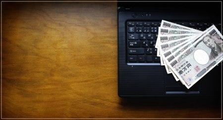 紙幣とパソコン・テレワークイメージ背景