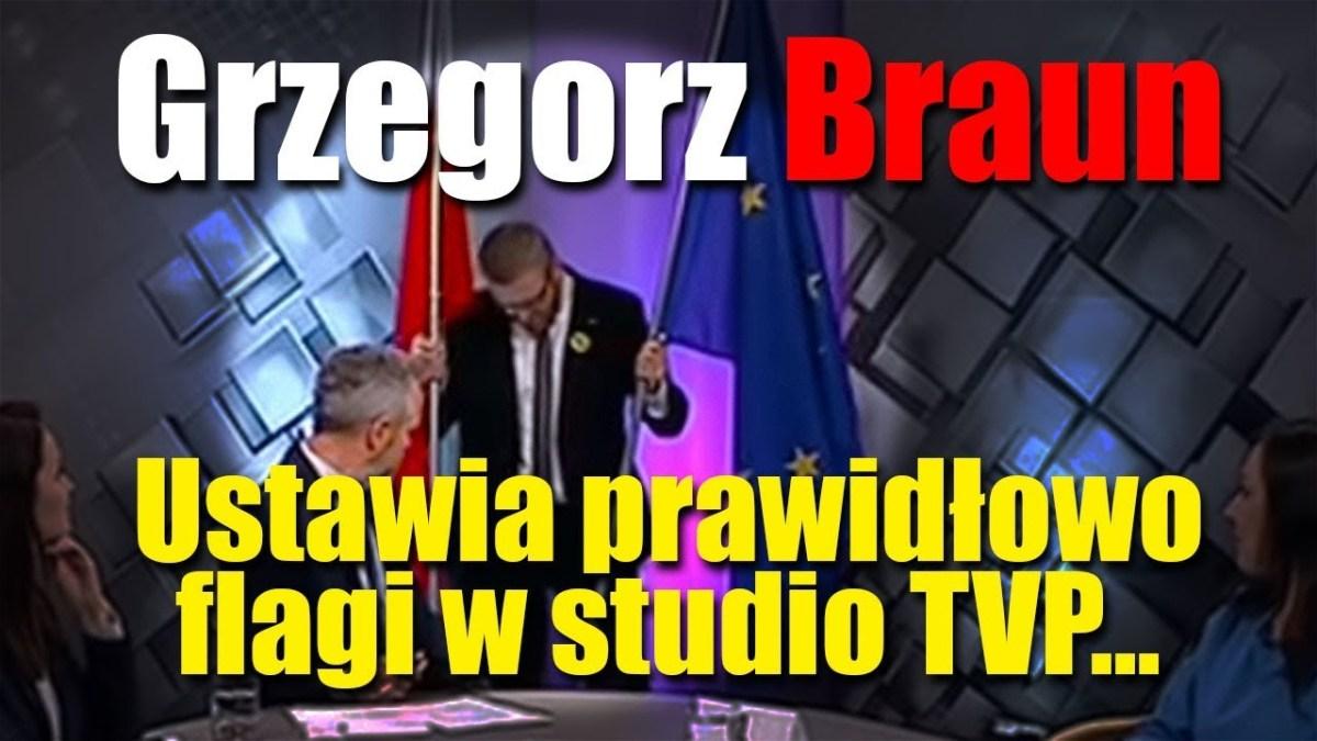 Grzegorz Braun ustawia prawidłowo flagi w studio TVP
