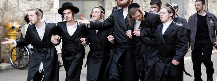 Terror żydowski w Warszawie - Łazienki Królewskie, ochrona policyjna żydów !!!