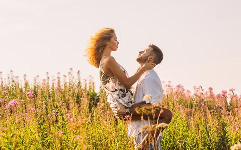 Byk mężczyzna umawiający się z kobietą z Koziorożca