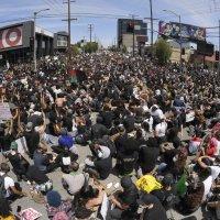 """""""W dziesiątkach amerykańskich miast szaleją protesty przeciwko zabójstwom policji"""""""