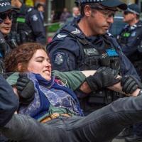 """""""Australia przechodzi w pełnowymiarowe państwo policyjne, prawo zmuszone do zatrzymania """"teoretyków spiskowych"""""""""""