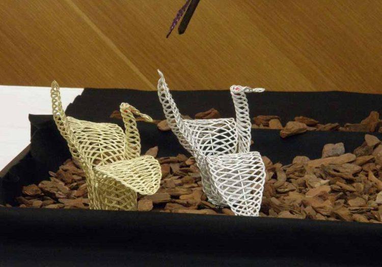 水引アート生徒 小林 佐公世 作 バラ・アイビー・折鶴 鉢 黒色 「あっ・・・虹だ! バラの・・・」 写真
