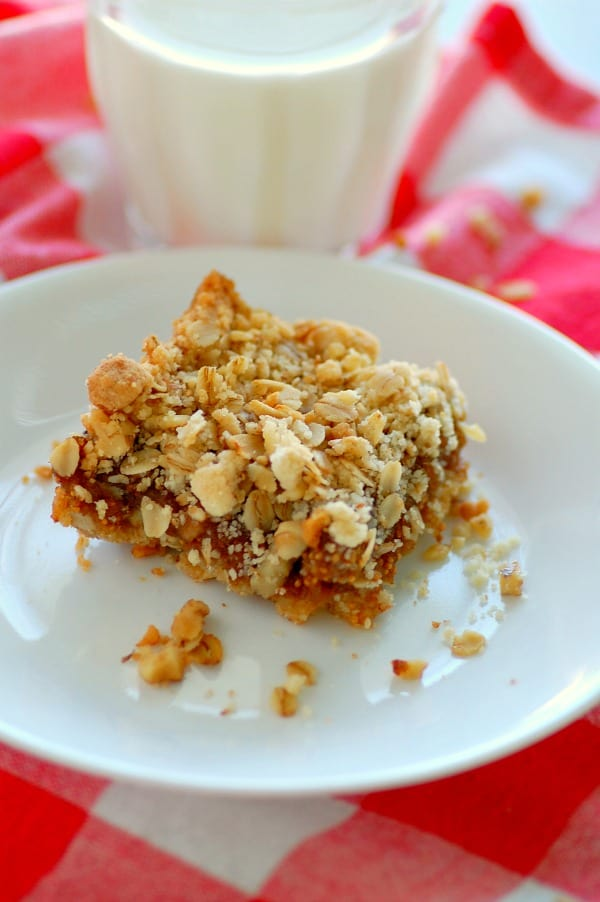 Fig bars with oats and walnuts are a crunchy, crumbly, oh-so-delicious and healthy snack, dessert, or any-time treat. | mjbakesalot.com
