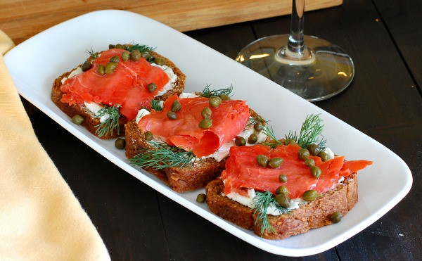Appetizers made from wholegrain cocktail rye bread, cream cheese, minced red onion, smoked salmon, fresh dill, and capers. | mjbakesalot.com