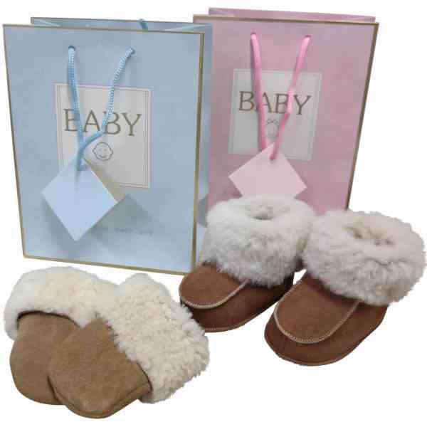 kraamcadeau-set-in-luxe-verpakking-baby-slofjes-baby-wanten-bruin-cognac-beige-6-15-maanden-unisex-mjsupplies
