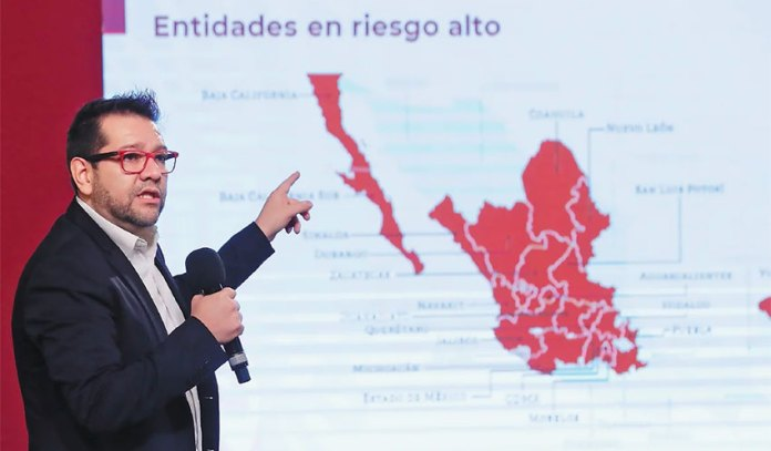 Ricardo Cortés of the Ministry of Health presents the new Covid-19 risk map at Friday's press briefing.
